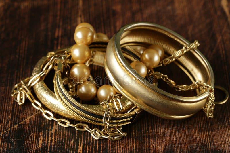 Złota i perły biżuteria fotografia stock