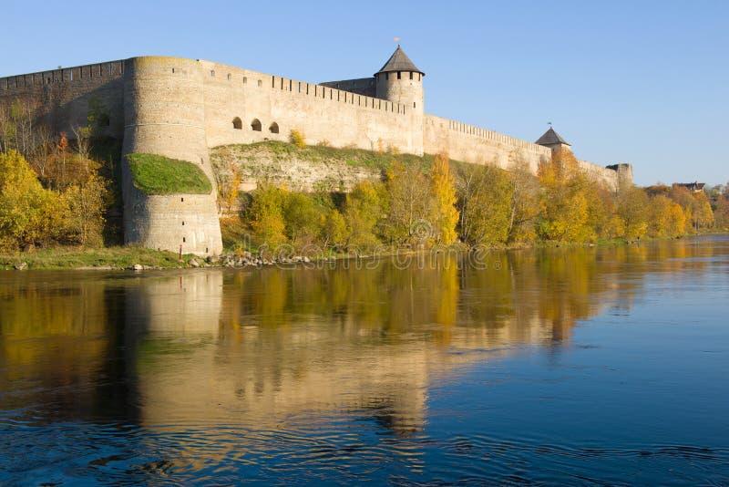 Złota jesień pod ścianami Ivangorod forteca Leningrad region, Rosja fotografia stock