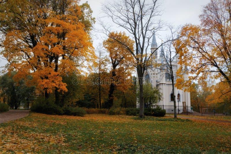Złota jesień w Aleksandria parku Peterhof, Leningrad region Widok gothic cappella zdjęcie royalty free