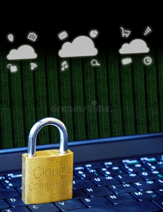 Złota kłódka na komputerowej laptop klawiaturze z Cloud Computing ikonami i binarnymi dane Pojęcie Internetowa ochrona, dane pryw obrazy stock