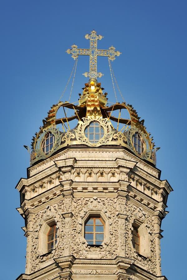 Złota korona Z krzyżem Dubrovitsy kościół Przeciw niebieskiemu niebu zdjęcie stock