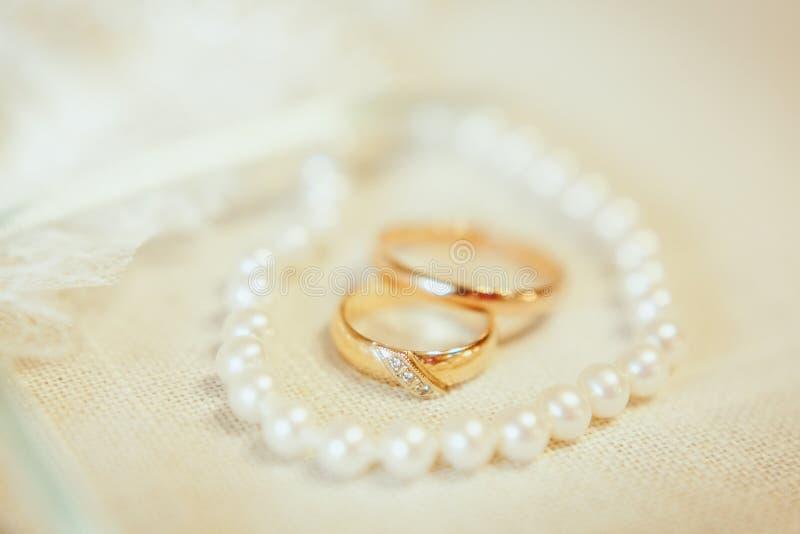 Złota obrączki ślubnej inside perły kolia obraz royalty free