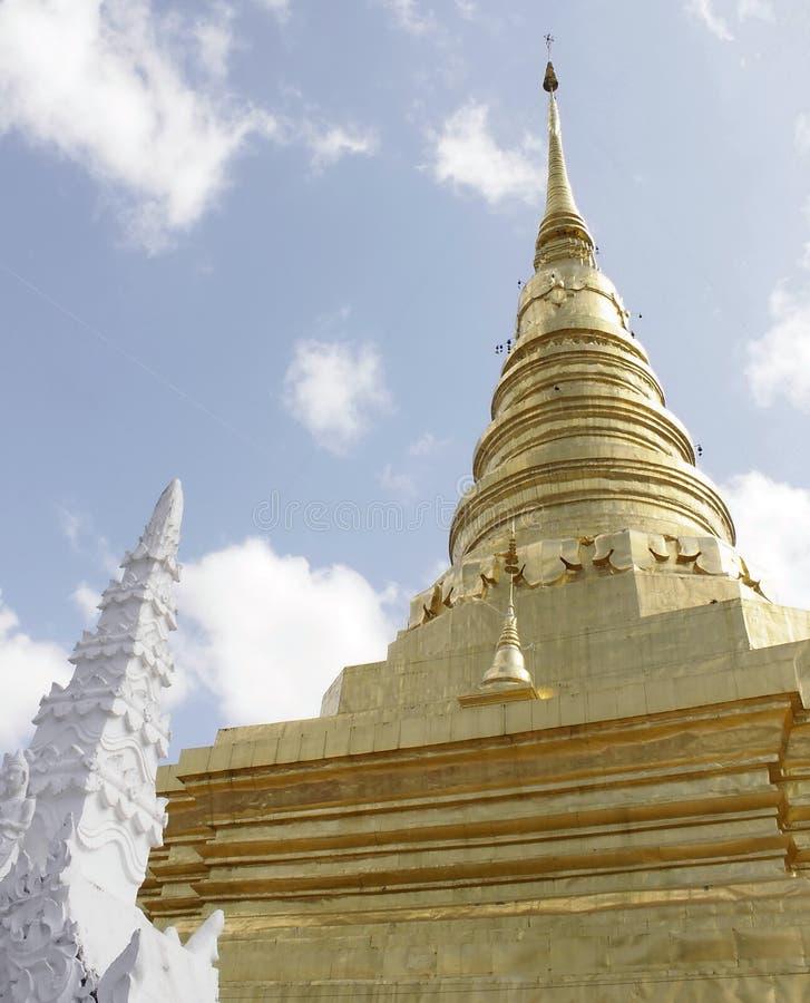 Złota pagoda i Biała stupa fotografia royalty free