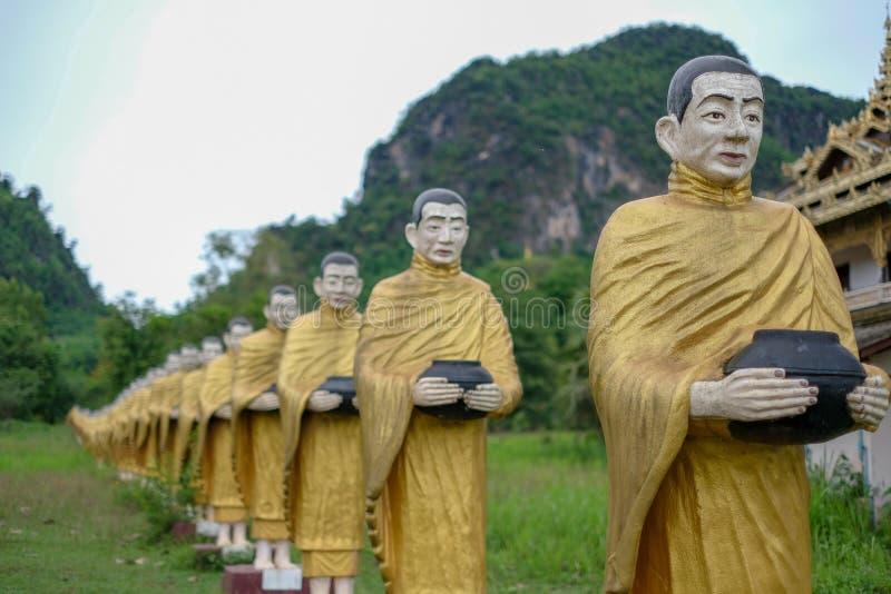 Złota pagoda Przy Wata Sao Roi toną w Payatongsu, Myanmar zdjęcia stock