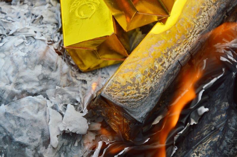 Złota papierowy palenie antenat obraz royalty free