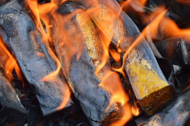Złota papierowy palenie antenat obrazy royalty free