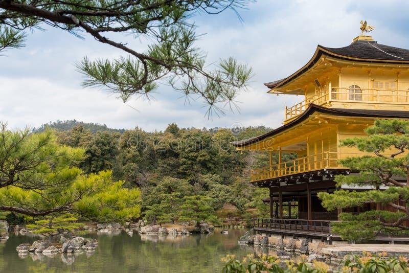 Złota pawilonu Kinkakuji świątynia w Kyoto obraz royalty free
