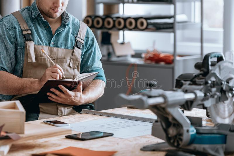 Złota rączka biznesmen bierze notatki obrazy stock