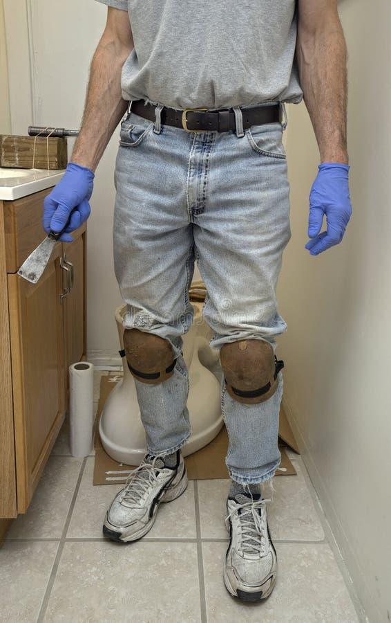 Złota rączka hydraulik instaluje nową toaletę obrazy royalty free