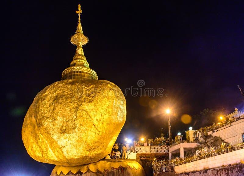 Złota Rockowa pagoda, Kyaik Htee Yoe, Mon stan, Myanmar, 1-March-2018 obraz stock