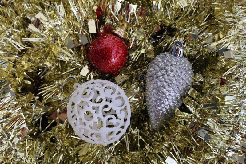 Złota, srebra, czerwieni i białych barwioni boże narodzenie ornamenty, obraz royalty free