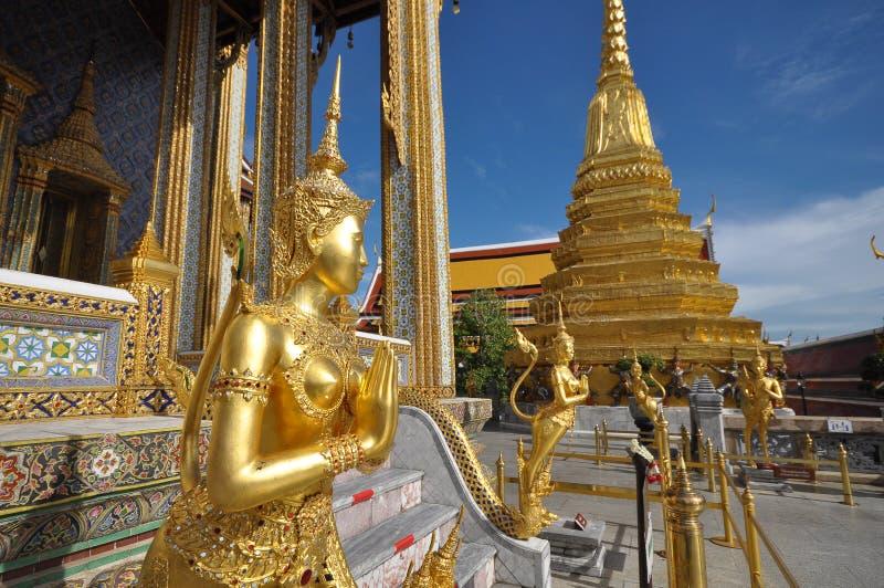 Złota statua Kinare przy Watem Phra Kaew w Uroczystym pałac kompleksie, Tajlandia zdjęcia royalty free