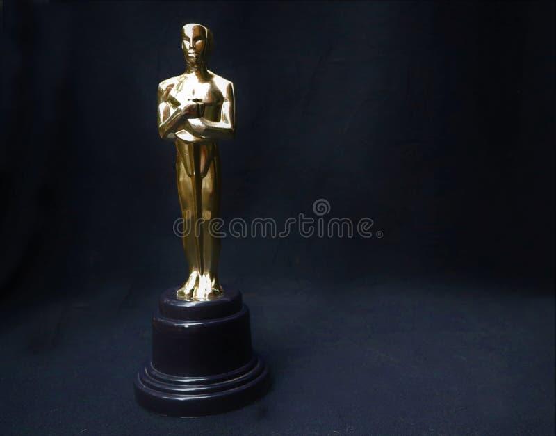 Złota statua Oskar na czarnym tle zdjęcia stock