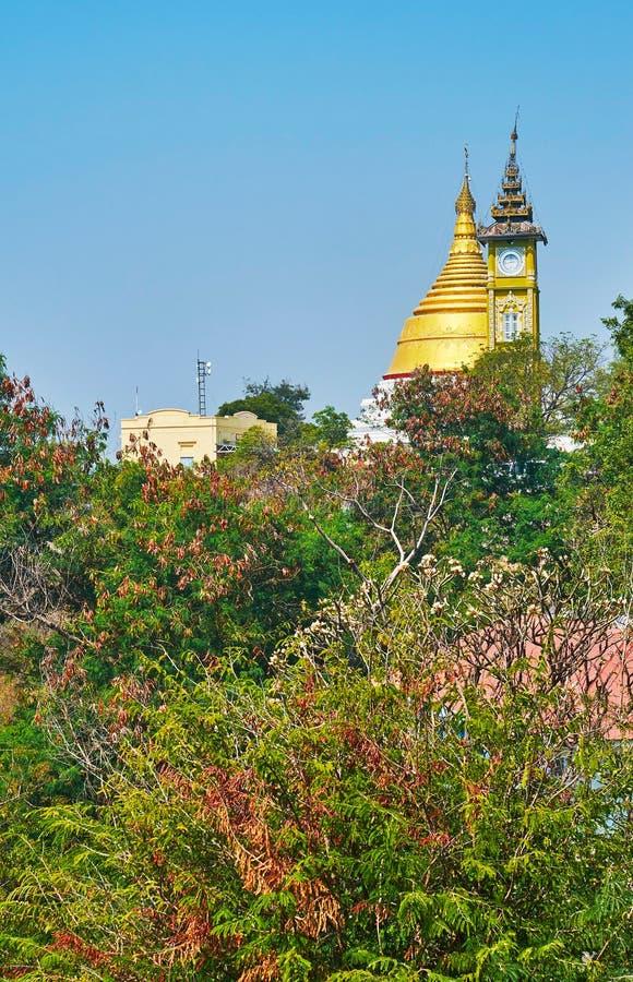 złota stupa i zegarowy wierza Oo Ponya goleń Paya Wkrótce, Sagaing zdjęcie royalty free