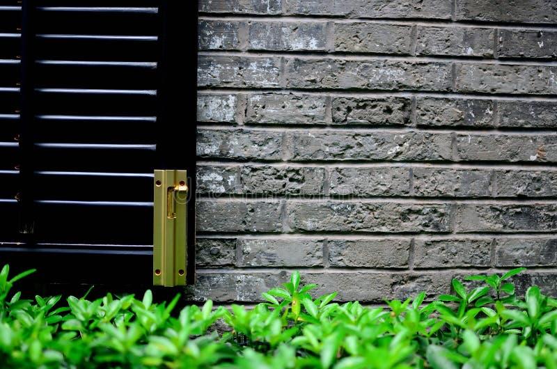 Złota zapadka na czarnym okno zdjęcia stock