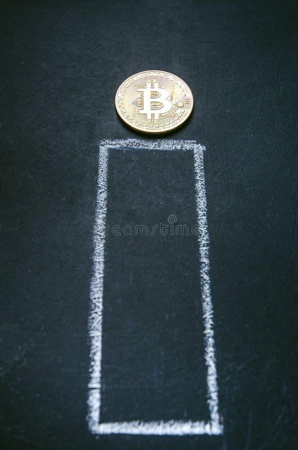 Złote bitcoin monety na ciemnym tle z wykresem Wirtualna waluta Crypto waluta nowy wirtualny pieniądze Bitcoin gotówka vith przyp obraz royalty free