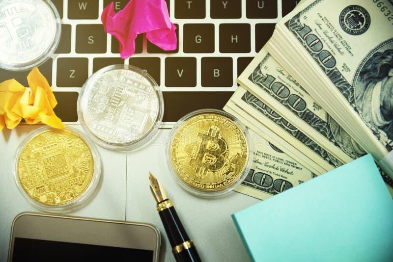 Złote bitmonety i pieniądze na laptopie Koncepcja kryptowaluty i wyszukiwania obraz royalty free