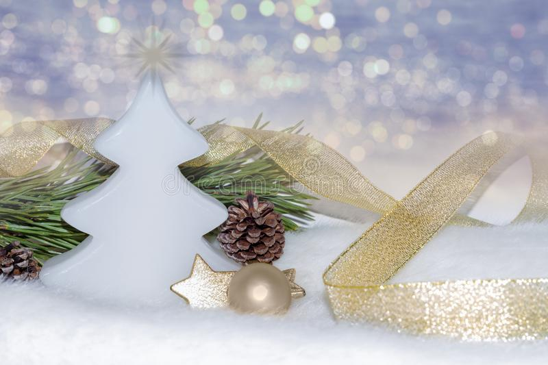Złote Bożenarodzeniowe dekoracje, ornamenty na bokeh zaświecają tło zdjęcie royalty free
