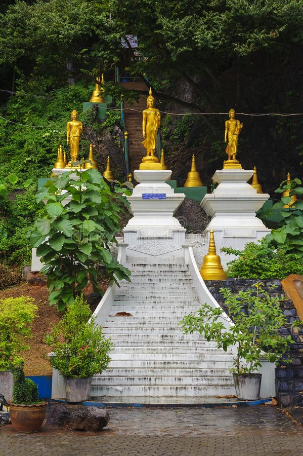 Złote Buddha statuy przy świątynią obrazy royalty free