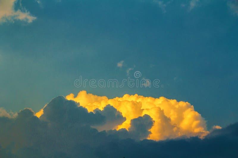 Złote chmury na niebieskim niebie zdjęcie royalty free