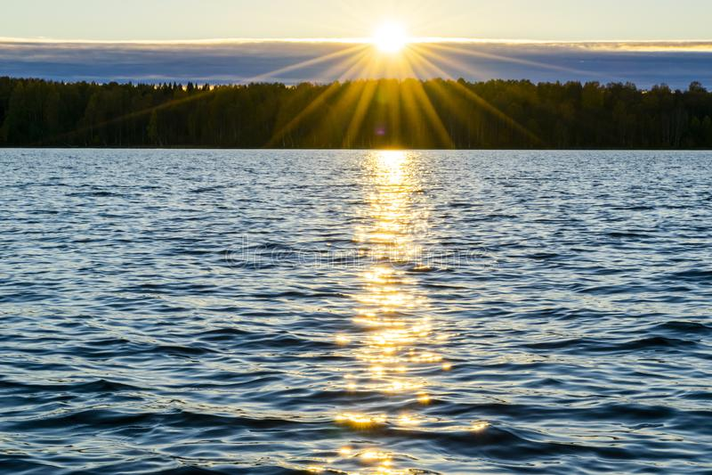 złote czochr wód powierzchniowych  Dramatyczny złocisty zmierzchu niebo z wieczór niebem chmurnieje nad morzem  zdjęcia royalty free
