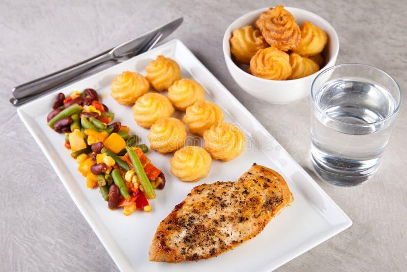 Złote duchess grule z piec na grillu kurczaka i meksykanina warzywami zdjęcia stock