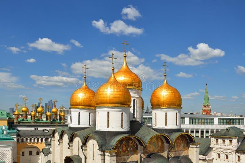 Złote kopuły katedry Moskwa Kremlin na niebieskiego nieba tle fotografia stock
