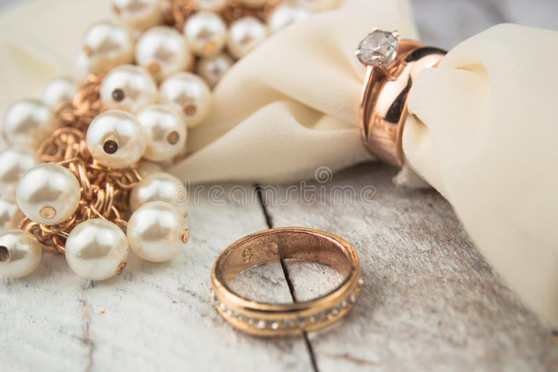 Złote obrączki ślubne na białym drewnianym tle zdjęcie royalty free