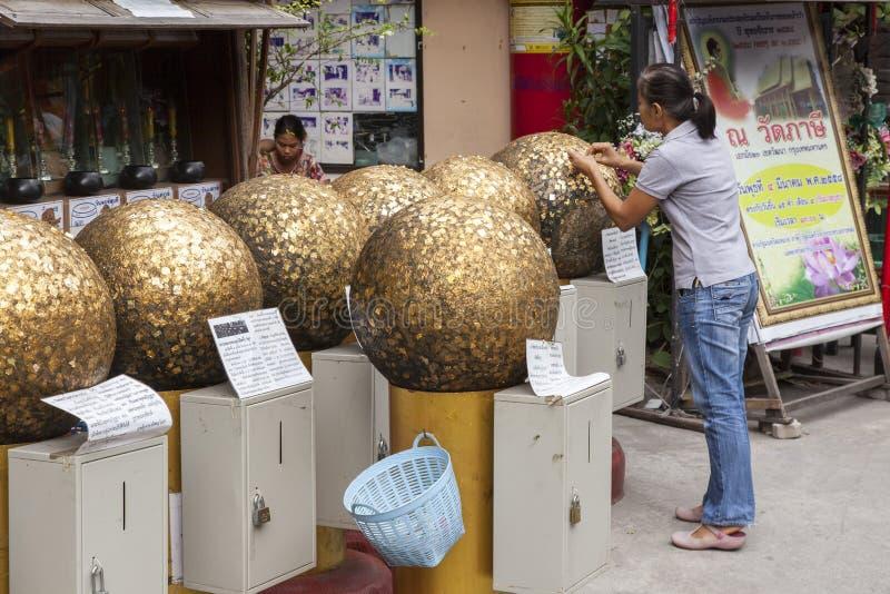 Złote piłki w Buddyjskiej świątyni Bangkok obraz stock