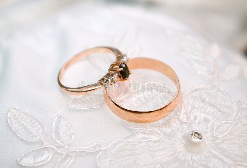 złote pierścienie poślubić zdjęcia stock