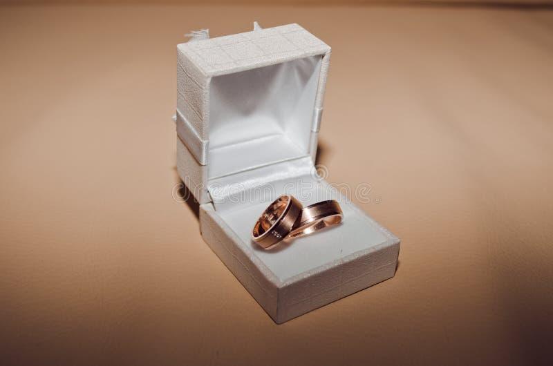 złote pierścienie poślubić zdjęcie royalty free