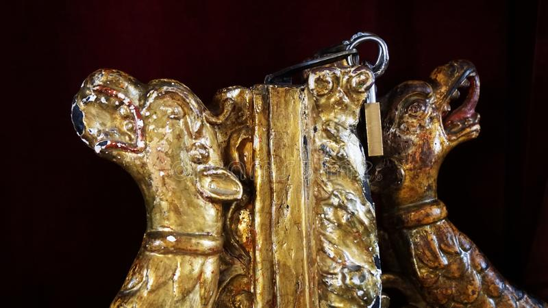 Złote postacie w kościół Cypr na ciemnym tle obrazy royalty free