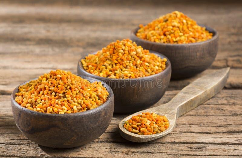 Złote pszczoły pollen granule - Odgórny widok obrazy royalty free