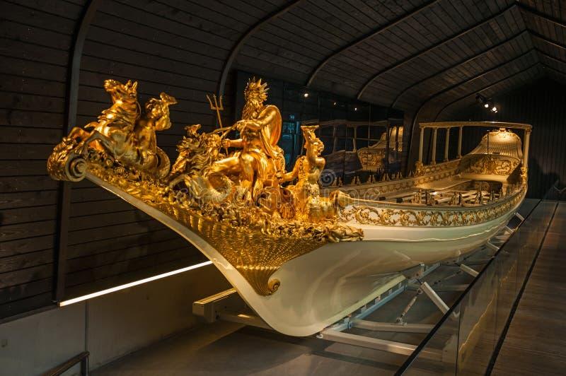 Złote statuy dekoruje łódkowatego prow przy Krajowym Morskim muzeum w Amsterdam sławny zdjęcia stock