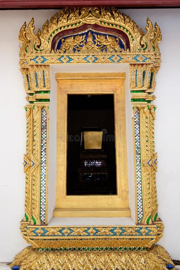 Złotego cyzelowania drewniany okno pod czytającym dachem obraz royalty free