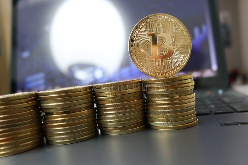 Złotego litecoin cryptocurrency fizyczna moneta na laptopie fotografia stock