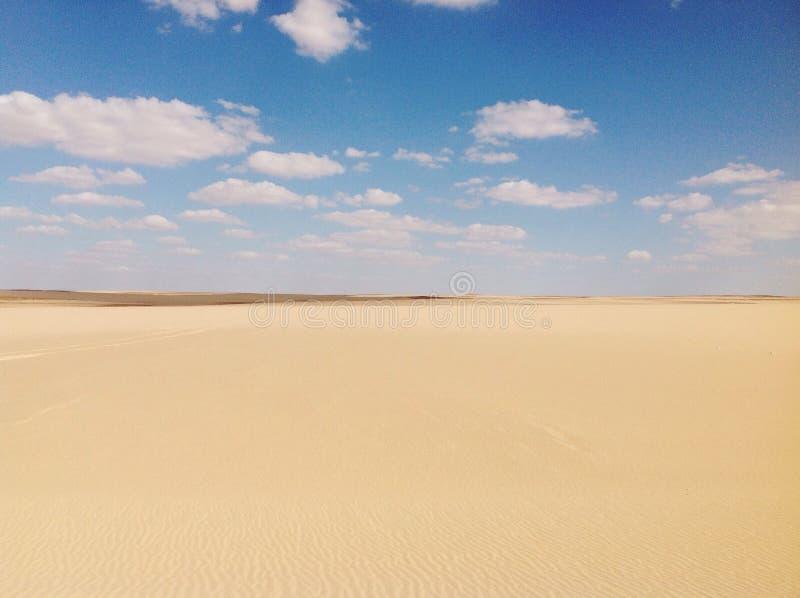 Złotego pustynnego nieba dnia safari plenerowi piaski chmurni zdjęcie royalty free