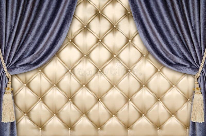Złotego tapicerowania zasłony aksamitny tło obrazy royalty free