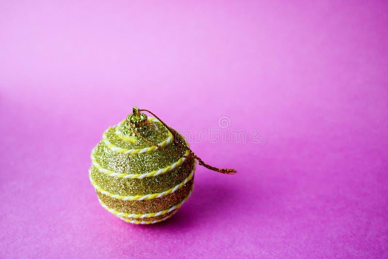 Złotej żółtej małej round szklanej plastikowej zimy xmas mądrze błyszcząca dekoracyjna piękna świąteczna Bożenarodzeniowa piłka,  obrazy stock