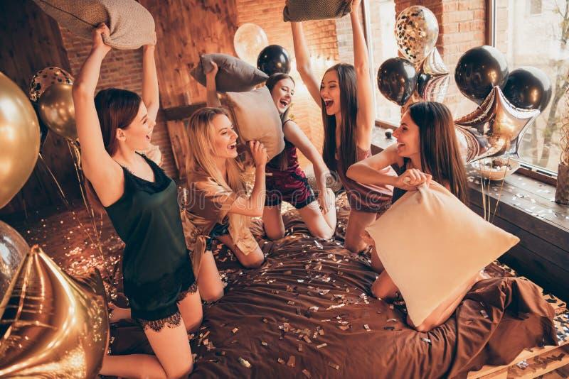 Złotej glansowanej wspaniałej dekoracji panny młodej bridal prysznic Pięć oszałamiająco z klasą modnych diw dam gości ekstatyczny obraz royalty free