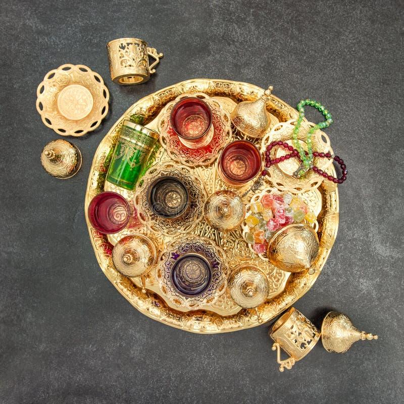 Złotej herbacianego stołu dekoraci Arabscy tradycyjni naczynia obraz stock