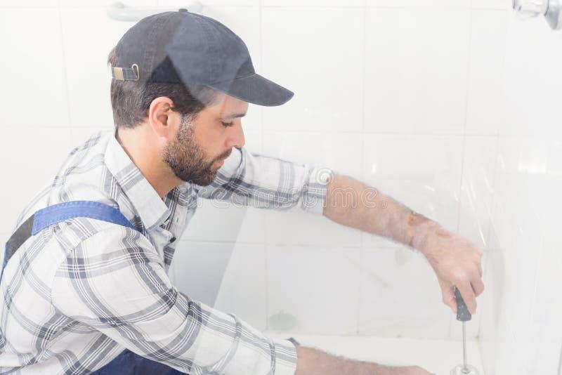 Złotej rączki naprawiania toaleta z śrubokrętem fotografia royalty free