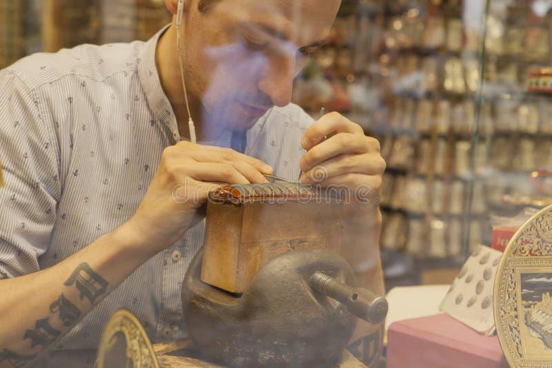Złotnik pracuje na damaszkować kawałek zdjęcia stock
