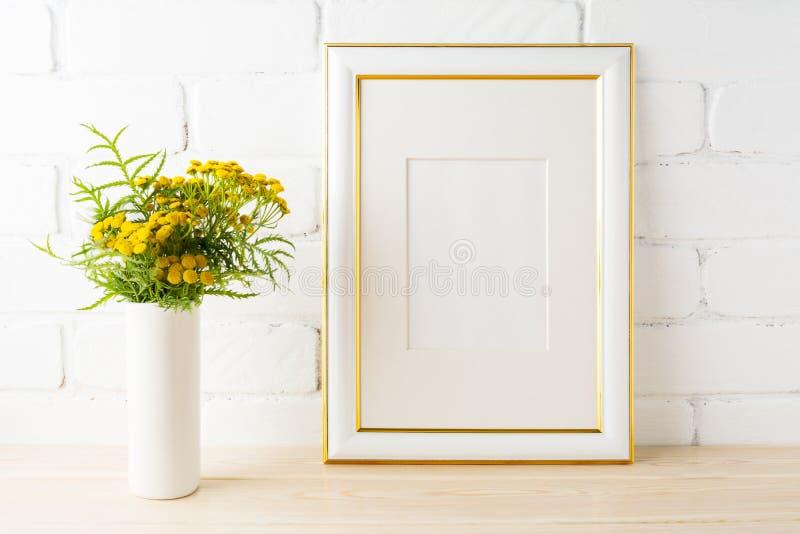 Złoto dekorujący ramowy mockup kolor żółty kwitnie blisko malującej cegły w obraz stock