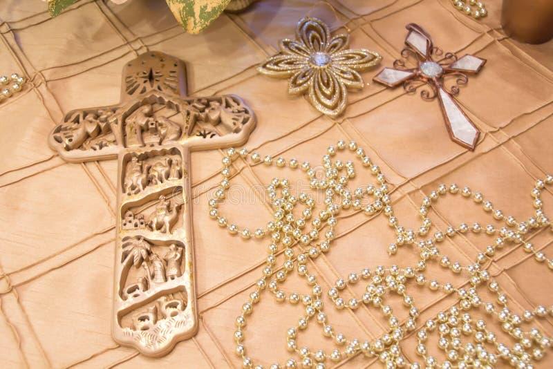 ZŁOTO krzyże kłaść na złocistym tablecloth obrazy stock