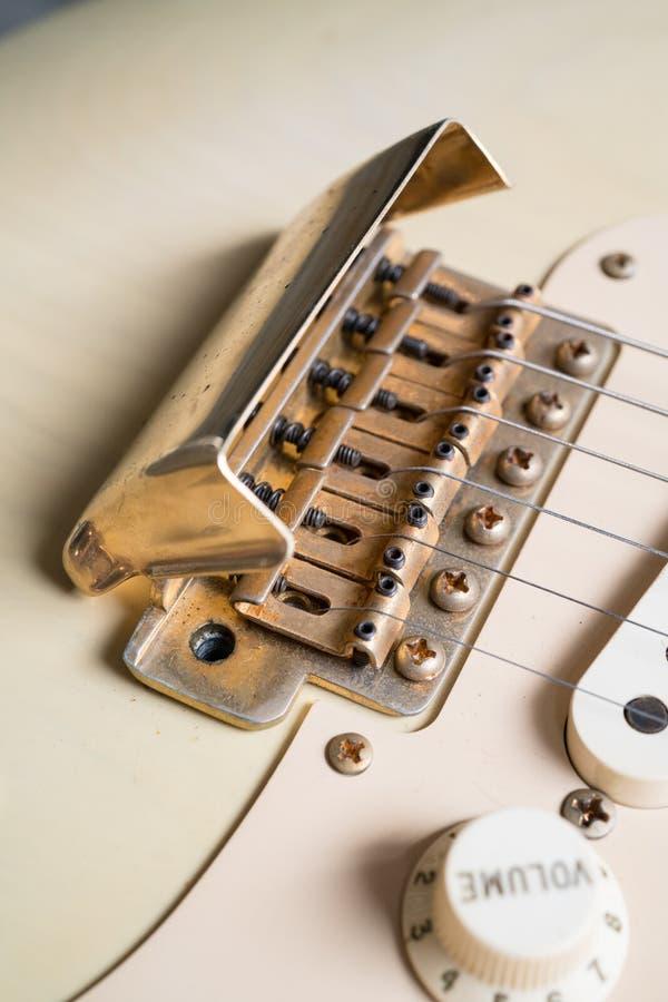 Złoto mosta pokrywa rocznik gitara obraz stock