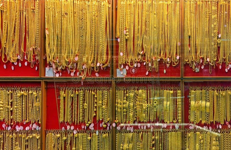 Złoto, panelu złota sklepu sklep jubilerski dla sprzedawcy poleca produkty i złocistą gablotę wystawową, złota sklepowy tło zdjęcia stock