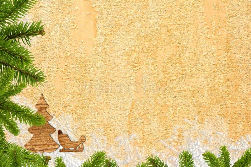 Złoto papier z śniegiem i zieleni gałąź jako boże narodzenia popieramy obraz royalty free