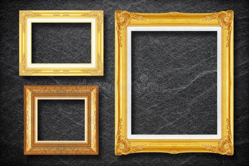 Złoto rama na czerń łupku tle obraz stock
