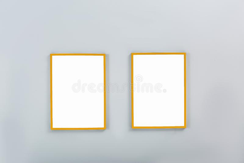 Złoto ramy z pustymi kanwami na ścianie fotografia stock